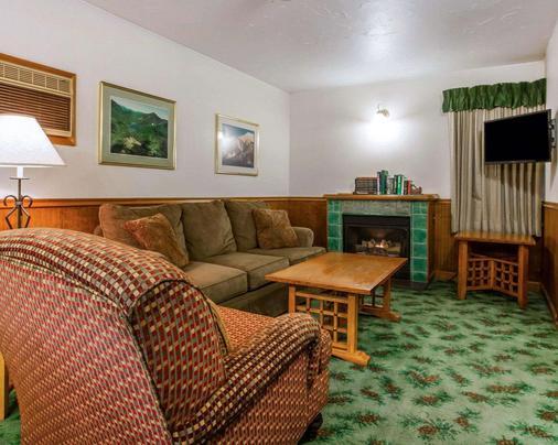 Quality Inn on Lake Placid - Lake Placid - Living room