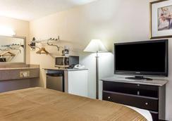 Quality Inn & Suites Coliseum - Greensboro - Bedroom