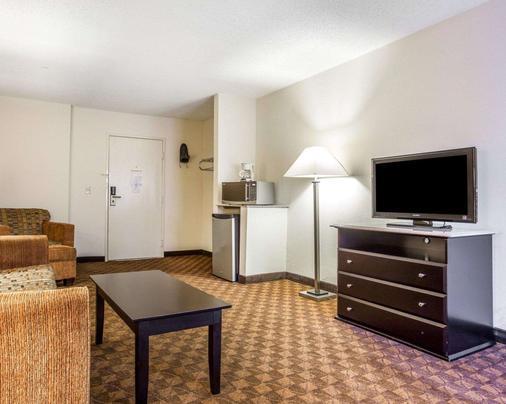 Quality Inn & Suites Coliseum - Greensboro - Living room