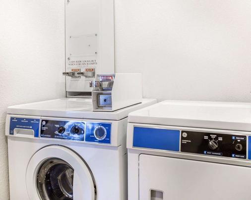 Quality Inn & Suites Coliseum - Greensboro - Laundry facility
