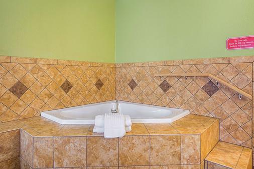Comfort Inn & Suites - Dayton - Bathroom