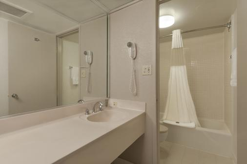 Ramada by Wyndham Kissimmee Gateway - Kissimmee - Bathroom