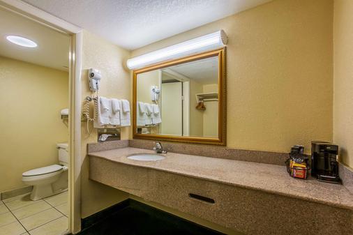 Quality Inn Northeast - Atlanta - Bathroom