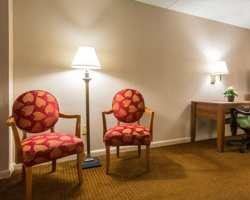 Econo Lodge Inn and Suites at Fort Benning - Columbus - Living room