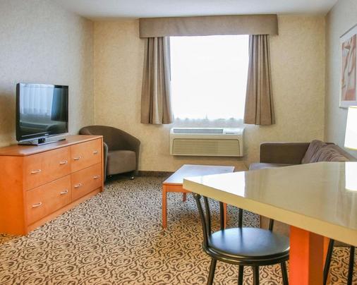 Quality Inn & Suites - Winnipeg - Living room