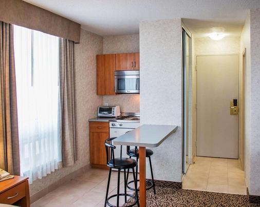 Quality Inn & Suites - Winnipeg - Kitchen