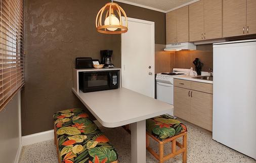 Outrigger Beach Resort - Fort Myers Beach - Kitchen
