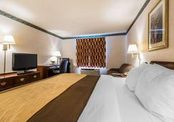 Quality Inn and Suites Evansville - Evansville - Bedroom