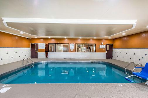 Quality Inn and Suites Evansville - Evansville - Pool