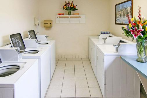 Clarion Suites Downtown - Anchorage - Laundry facility