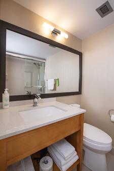 Coast Hillcrest Hotel - Revelstoke - Bathroom