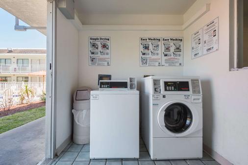 Rodeway Inn Kissimmee Maingate West - Kissimmee - Laundry facility