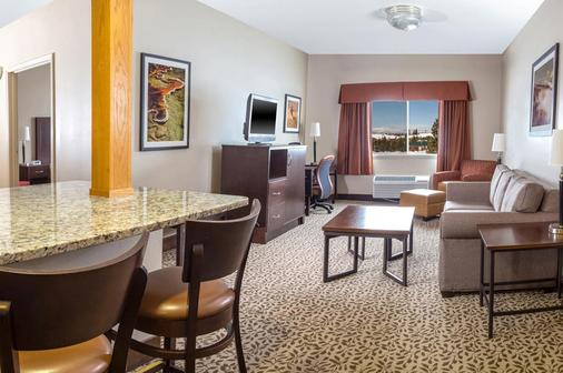 Gray Wolf Inn & Suites - West Yellowstone - Living room