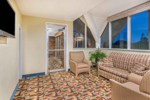 Howard Johnson by Wyndham Bangor - Bangor - Lobby