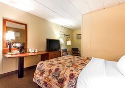 Rodeway Inn North - Sandusky - Bedroom