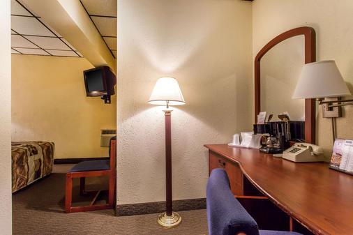 Rodeway Inn North - Sandusky - Living room