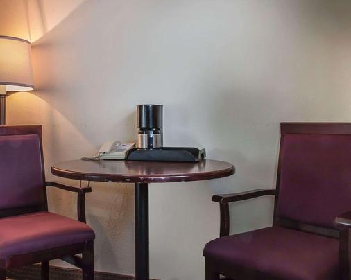 Econo Lodge - Thunder Bay - Living room
