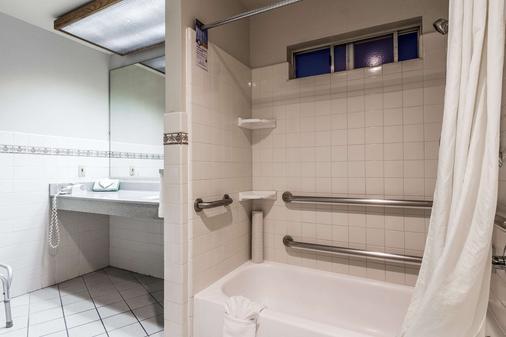 Quality Inn & Suites Silicon Valley - Santa Clara - Bathroom