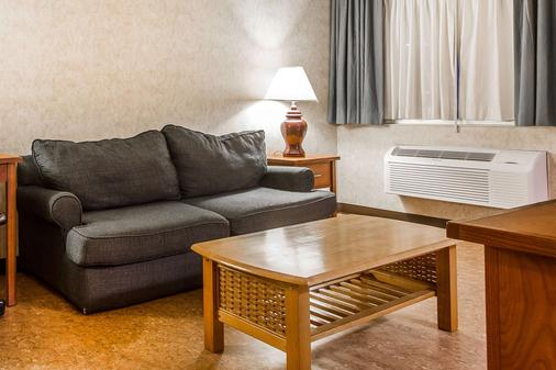 Quality Inn & Suites Silicon Valley - Santa Clara - Living room