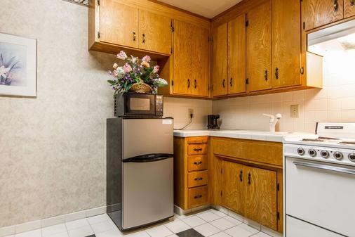 Quality Inn & Suites Silicon Valley - Santa Clara - Kitchen