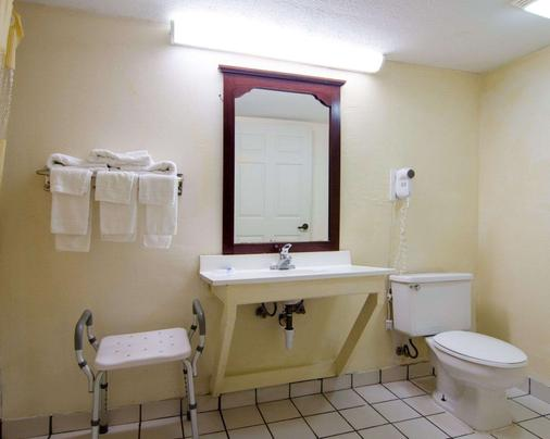 Rodeway Inn - Norcross - Bathroom