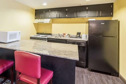 Quality Inn and Suites Mayo Clinic Area - Rochester - Kitchen