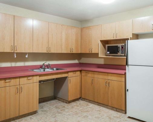 Quality Inn - Albuquerque - Kitchen