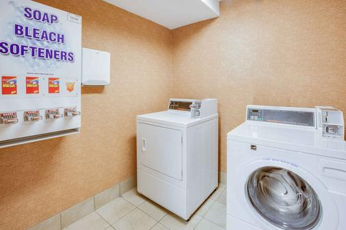 Baymont Inn and Suites Traverse City - Traverse City - Laundry facility