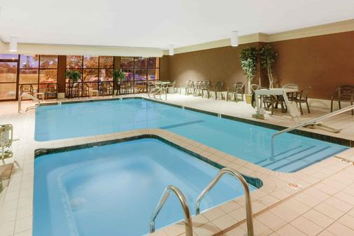 Baymont Inn and Suites Traverse City - Traverse City - Pool