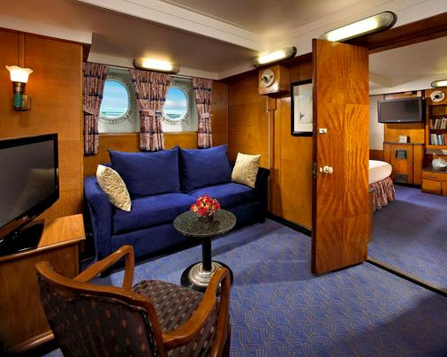 The Queen Mary - Long Beach - Living room