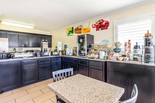 Quality Inn Abilene - Abilene - Kitchen