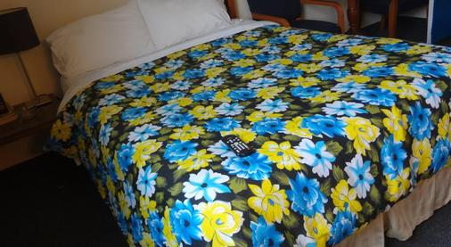 Empress Inn and Suites by Elevate Rooms - Niagara Falls - Bedroom