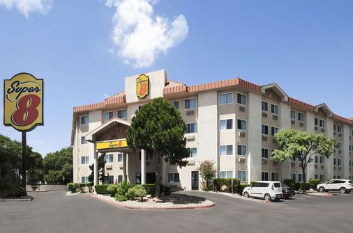 Super 8 by Wyndham Austin North/University Area - Austin - Building