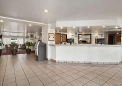 Super 8 by Wyndham Austin North/University Area - Austin - Lobby