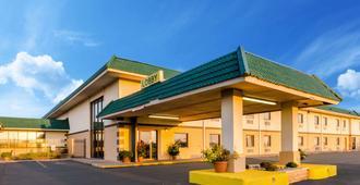 Quality Inn & Suites - Salina - Building