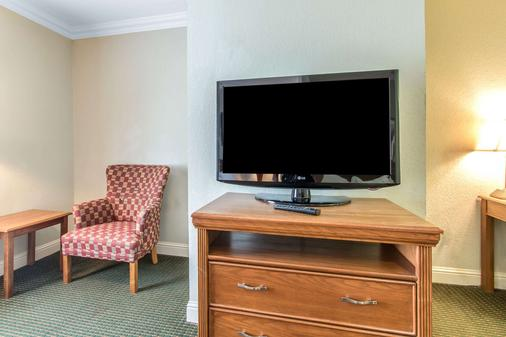 Comfort Inn at Founders Tower - Oklahoma City - Living room