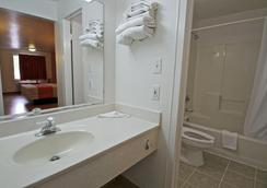 Motel 6 Raleigh Southwest - Cary - Raleigh - Bathroom