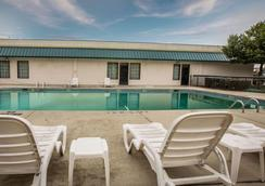 Quality Inn & Suites Hanes Mall - Winston-Salem - Pool