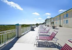 Best Western Plus Holiday Sands Inn & Suites - Norfolk - Bedroom