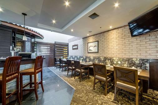 Monte Carlo Inn Airport Suites - Mississauga - Bedroom