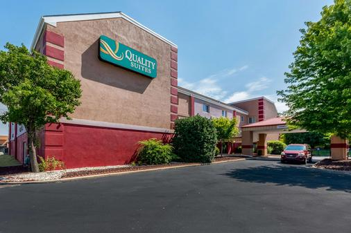 Quality Suites - Wichita - Building