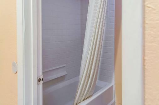 Rodeway Inn - Vicksburg - Bathroom