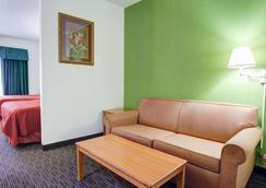 Quality Inn & Suites Airport - Austin - Bedroom