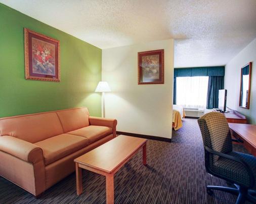 Quality Inn & Suites Airport - Austin - Living room
