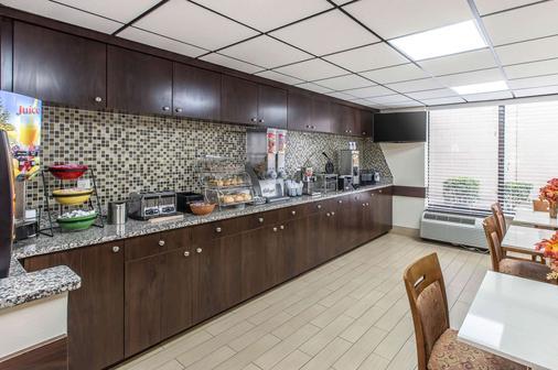 Econo Lodge Midtown - Savannah - Kitchen