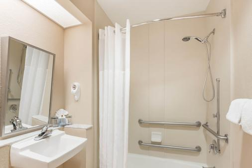 Hawthorn Suites by Wyndham Orlando Lake Buena Vista - Orlando - Bathroom