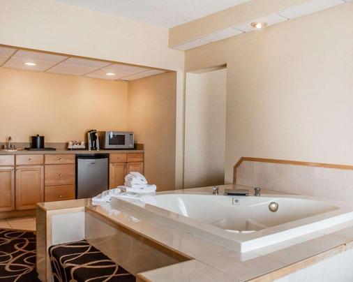 Quality Hotel & Suites At The Falls - Niagara Falls - Bathroom