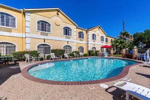 Quality Suites North - Houston - Pool