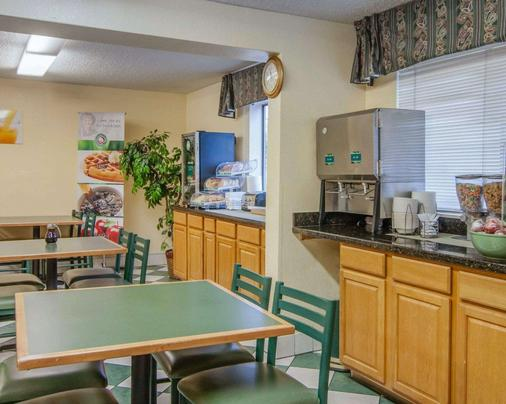 Quality Inn and Suites Airport - Medford - Kitchen