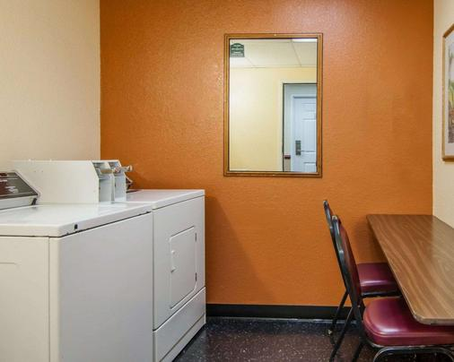 Quality Inn and Suites Airport - Medford - Laundry facility